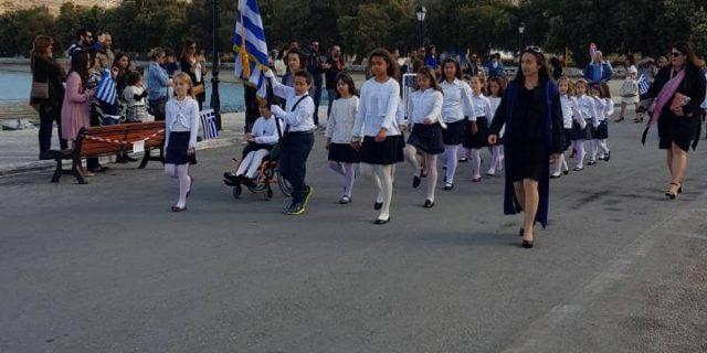 Η μαθητική παρέλαση και η κατάθεση στεφανιού στην Αιγιάλη