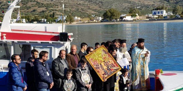 Βουτώντας στα νερά της Αιγιάλης για τον σταυρό ανήμερα των Θεοφανείων