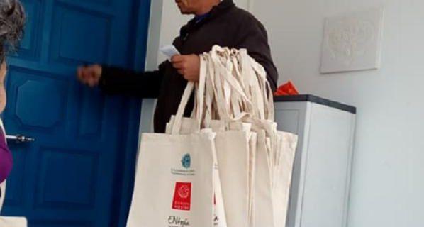 Πόρτα - πόρτα μοιράστηκαν τσάντες στους κατοίκους της Αμοργού