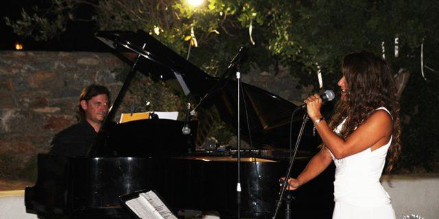 Η συναυλία της Μπέττυς Χαρλαύτη και του Γιάννη Μπελώνη στο κατάμεστο θέατρο του σχολείου Καταπόλων.